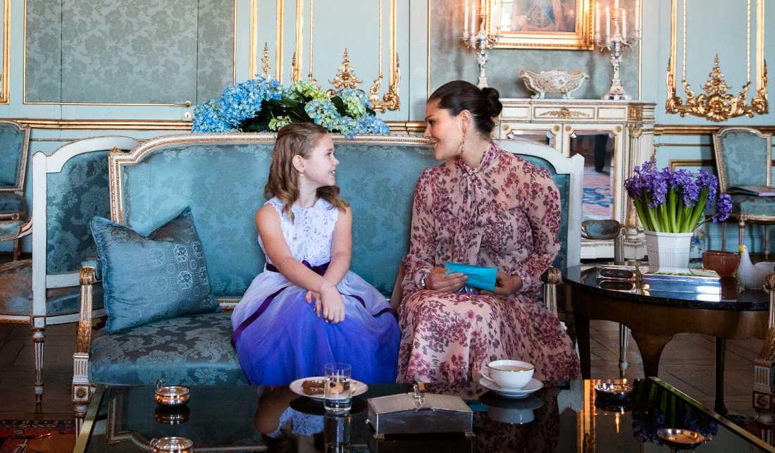Emilia, 7, och kronprinsessan Victoria pratade länge.