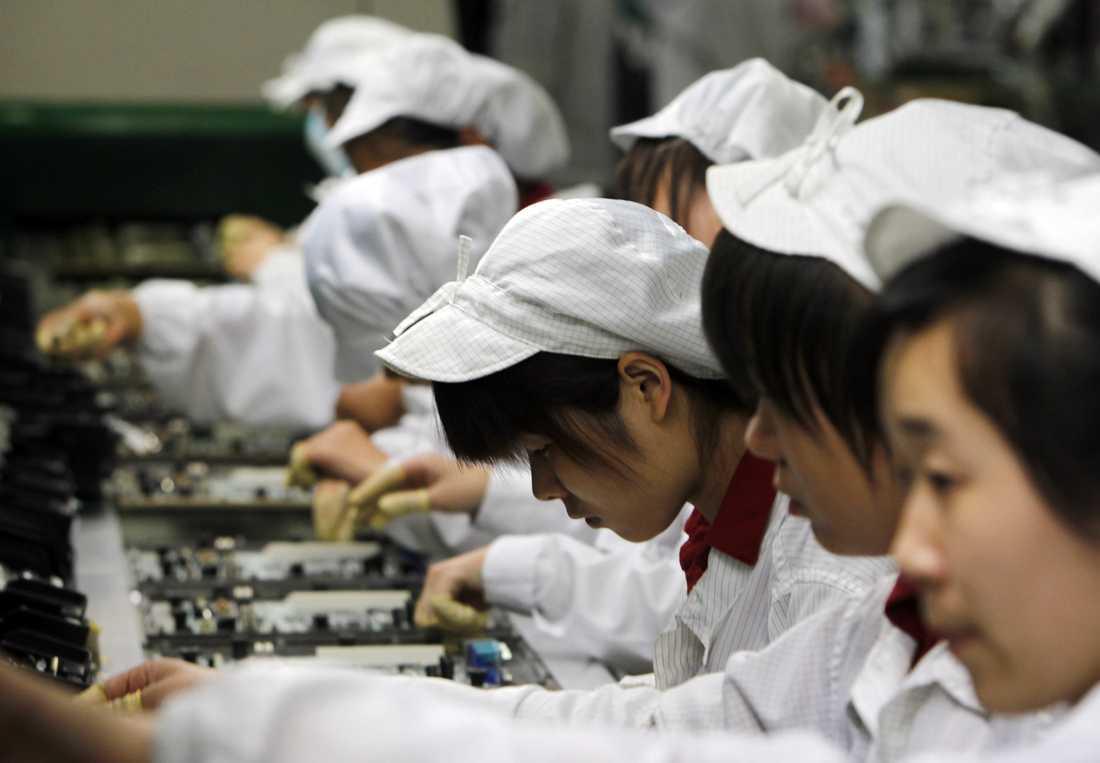 Asiatisk elektronikjätte Så här ser det ut inne i en av Foxconns fabriker. Personerna på bilden har inget med nyheten att göra.