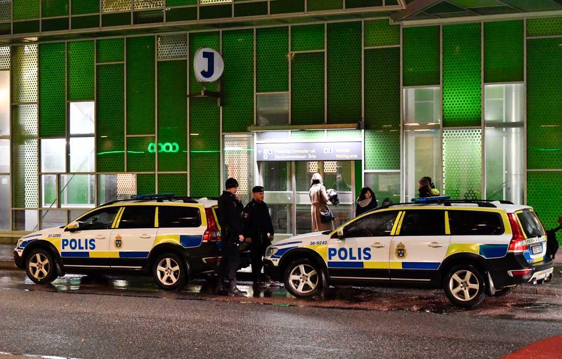 En man sköts till döds på Älvsjö station i mars. Nu begärs en ung man häktad. Arkivbild.