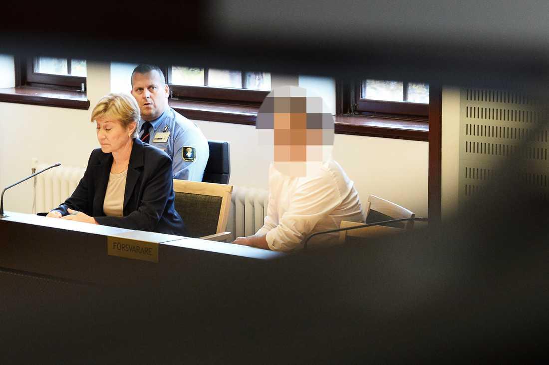Fotbollsprofilen med sin tidigare försvarsadvokat Eva Möller under häktningsförhandlingen i Stockholms tingsrätt.