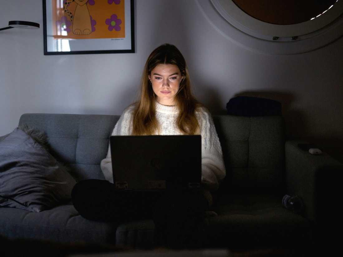 Emelié Loven är en av många elever som studerar på distans på grund av coronapandemin.