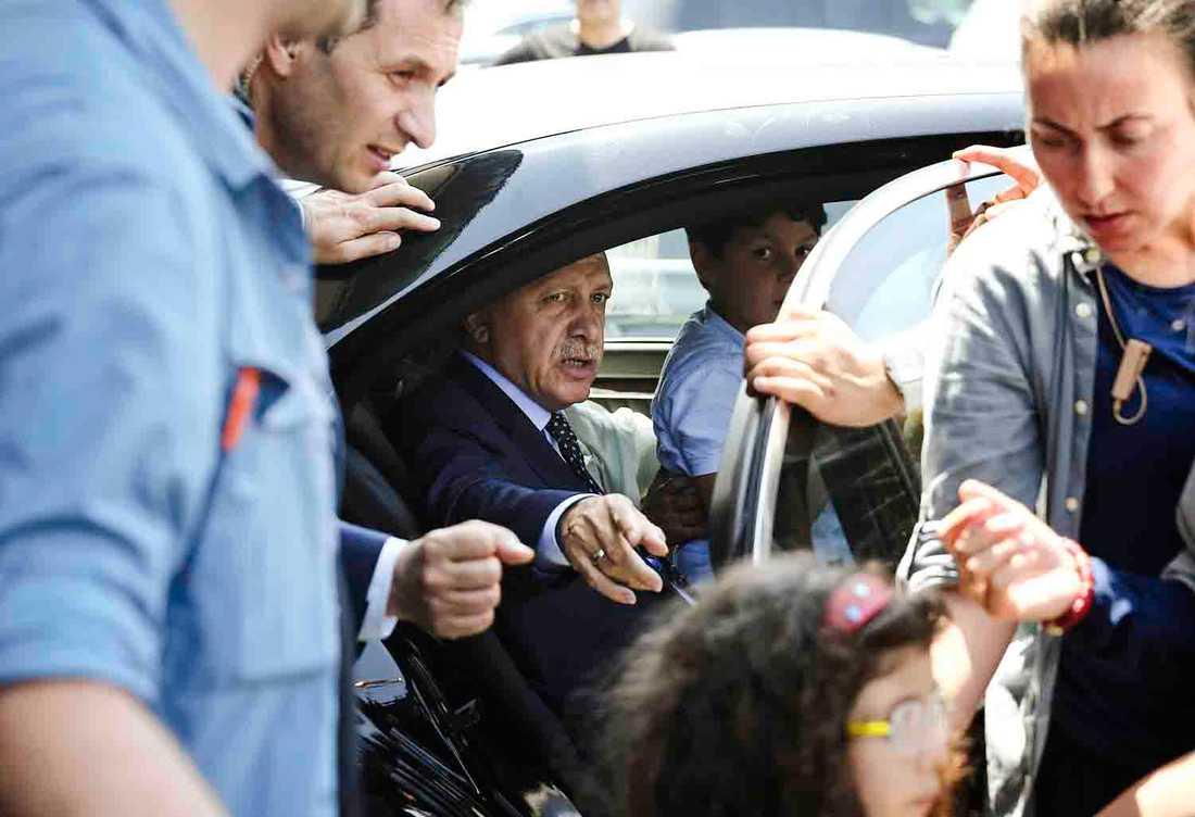 Erdogan anländer till flygplatsen i Istanbul.
