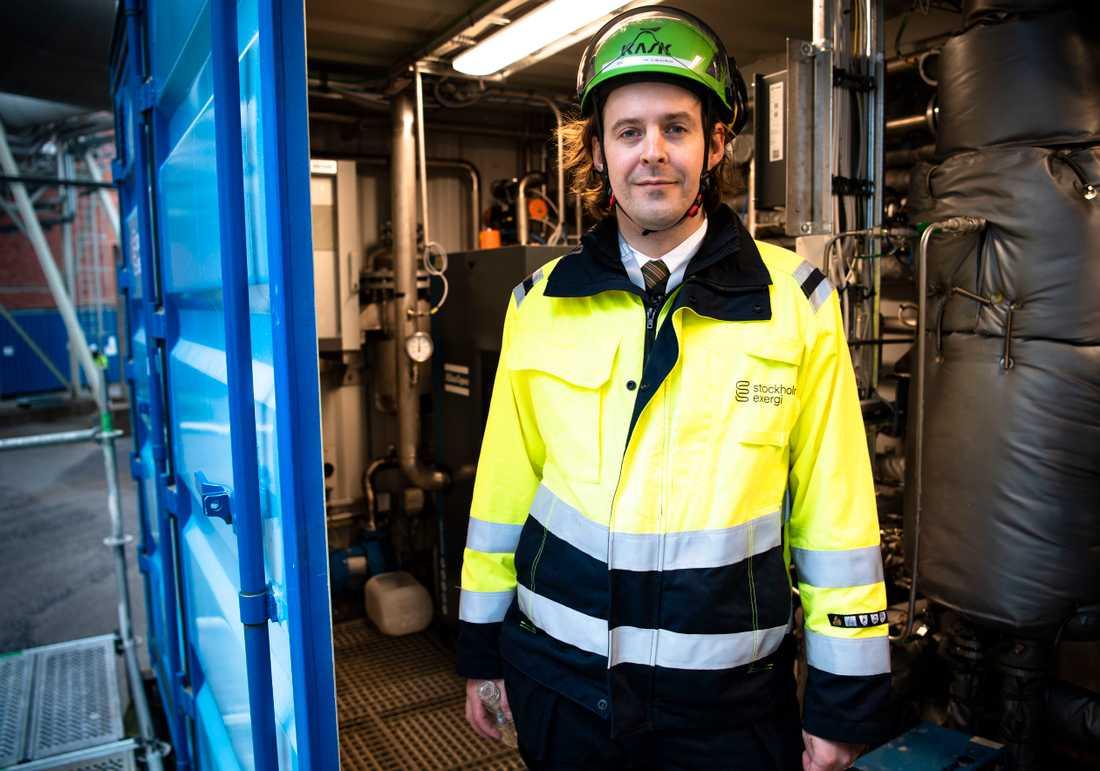 Fabian Levihn, forskningschef på Stockholm Exergi och forskare på KTH, visar upp testanläggningen för att fånga in koldioxid på kraftvärmeverket i Värtahamnen i Stockholm.