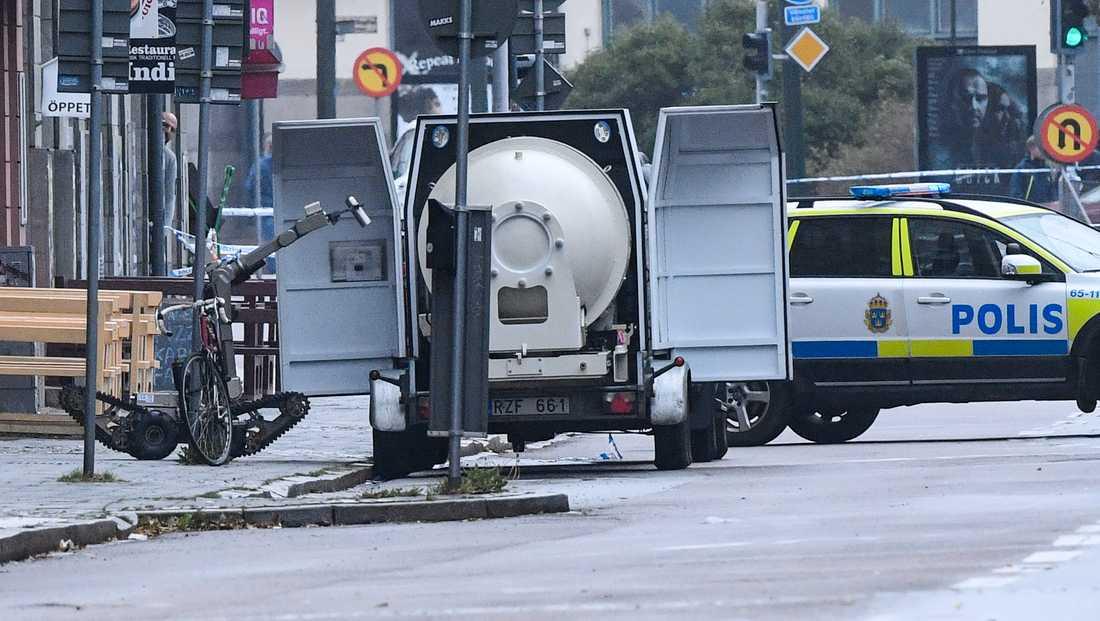 Arkivbild. Amiralsgatan i Malmö 20 september i år: Polisens bombrobot lastar in ett annat farligt föremål i bombvagnen.