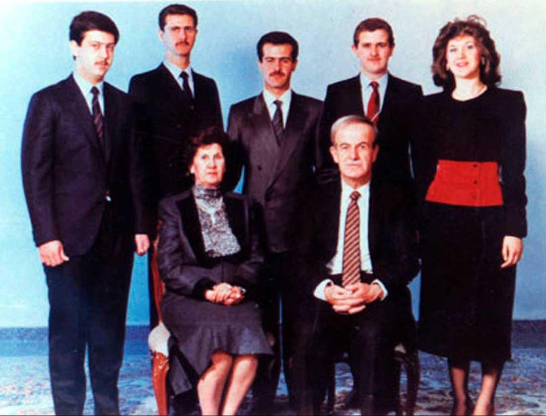 Här är familjen Assad. Från vänster barnen: Maher, Bashar, Basil (död), Majd (död) och Bushra. Sittande mamma Anissa Makhloof och döde pappan, den förre presidenten Hafez Assad.