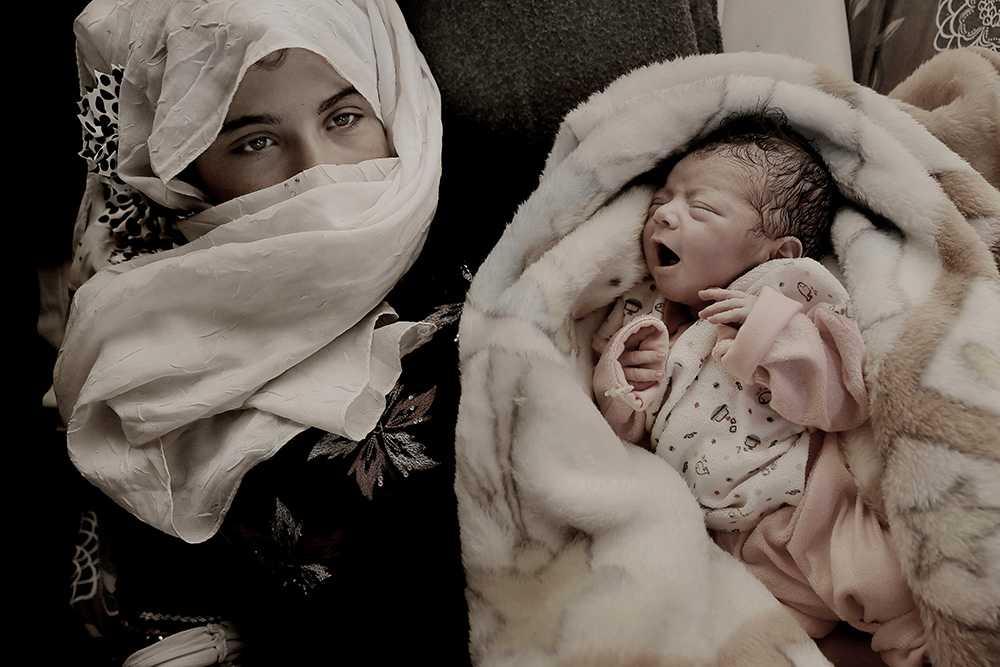 14 APRIL, JORDANIEN 17-åriga Ekhlas har flytt från kriget i Syrien. Hon vilar ut med nyfödda dottern Sham el-Hurria i flyktinglägret Zaatari i västra Jordanien. Varje månad föds cirka 150 barn i lägret.