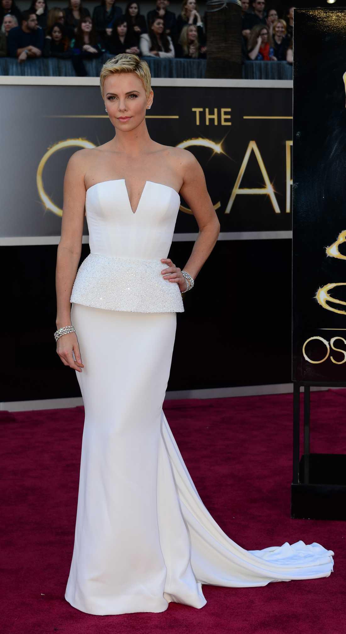 Charlize Theron Bär en Diorstass på Oscarsgalan 2013. Foto: AP