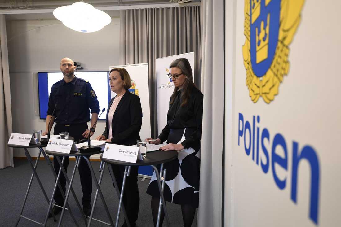 Björn Eriksson, kriminalinspektör vid nationella operativa avdelningen på polisen och åklagarna Annika Wennerström, och Tove Kullberg under en pressträff där åtalet mot 28-åringen och fyra andra personer presenterades. Arkivbild.