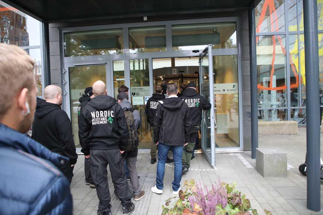 Kö in till Göteborgs tingsrätts säkerhetskontroll inför dagens förhandling mot NMR-anhängare åtalade för våldsamt upplopp och hets mot folkgrupp.