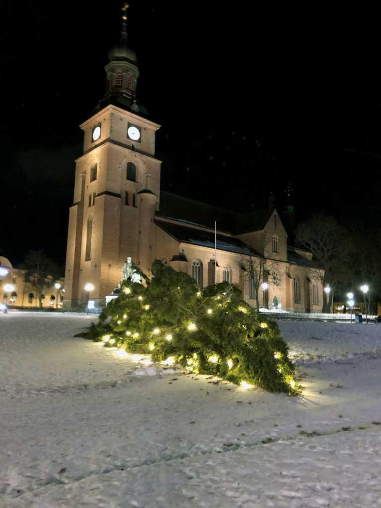 Julgranen på torget i Falun bröts i stormen.