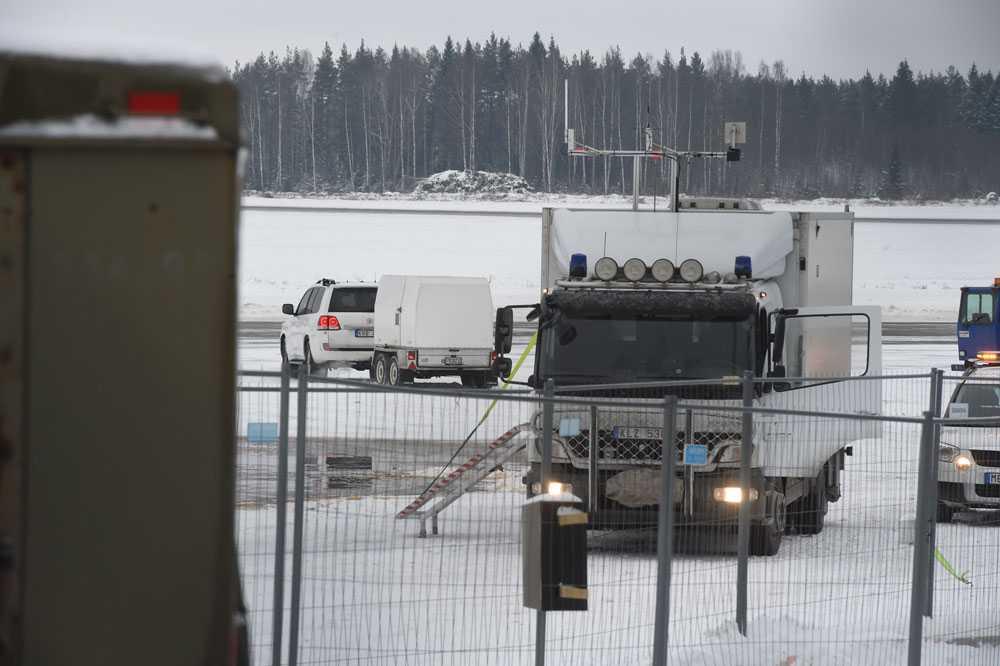 Polisens bombgrupp på plats med sin bombvagn