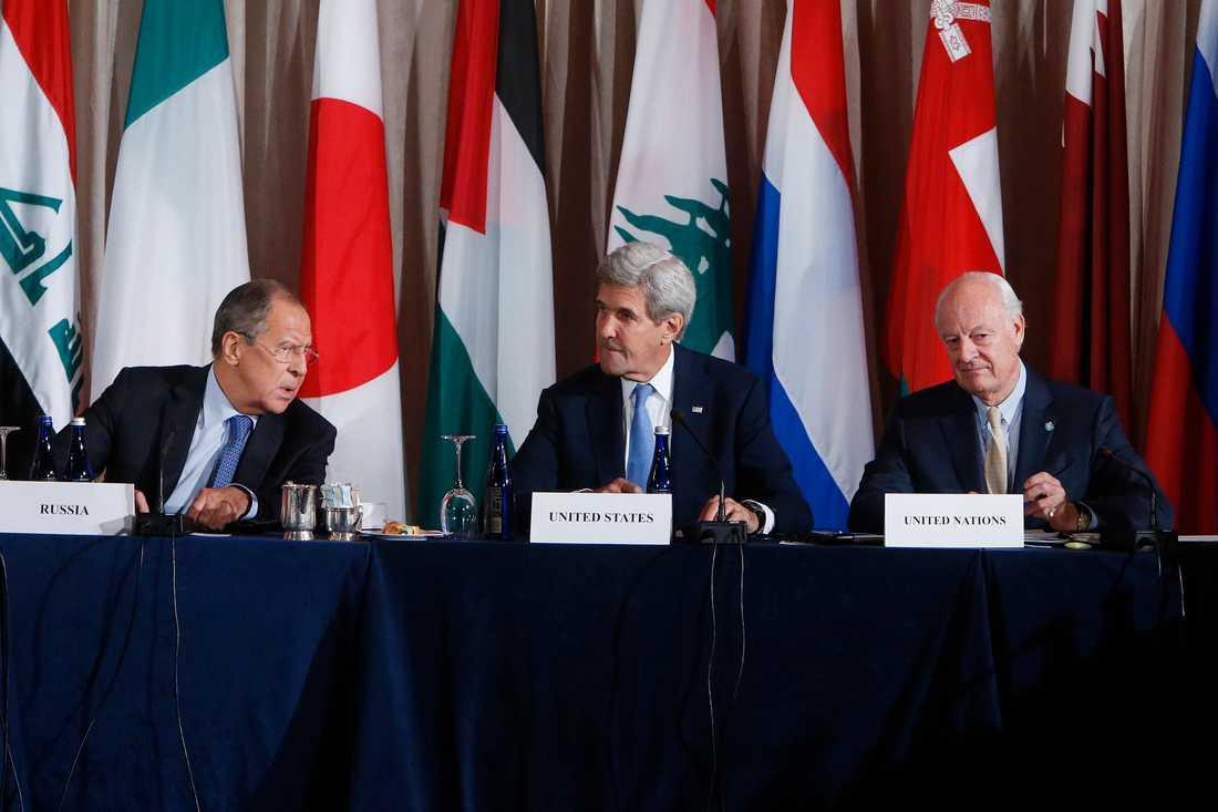 Rysslands utrikesminister Sergey Lavrov, USA:s John Kerry och FN:s  Staffan de Mistura.