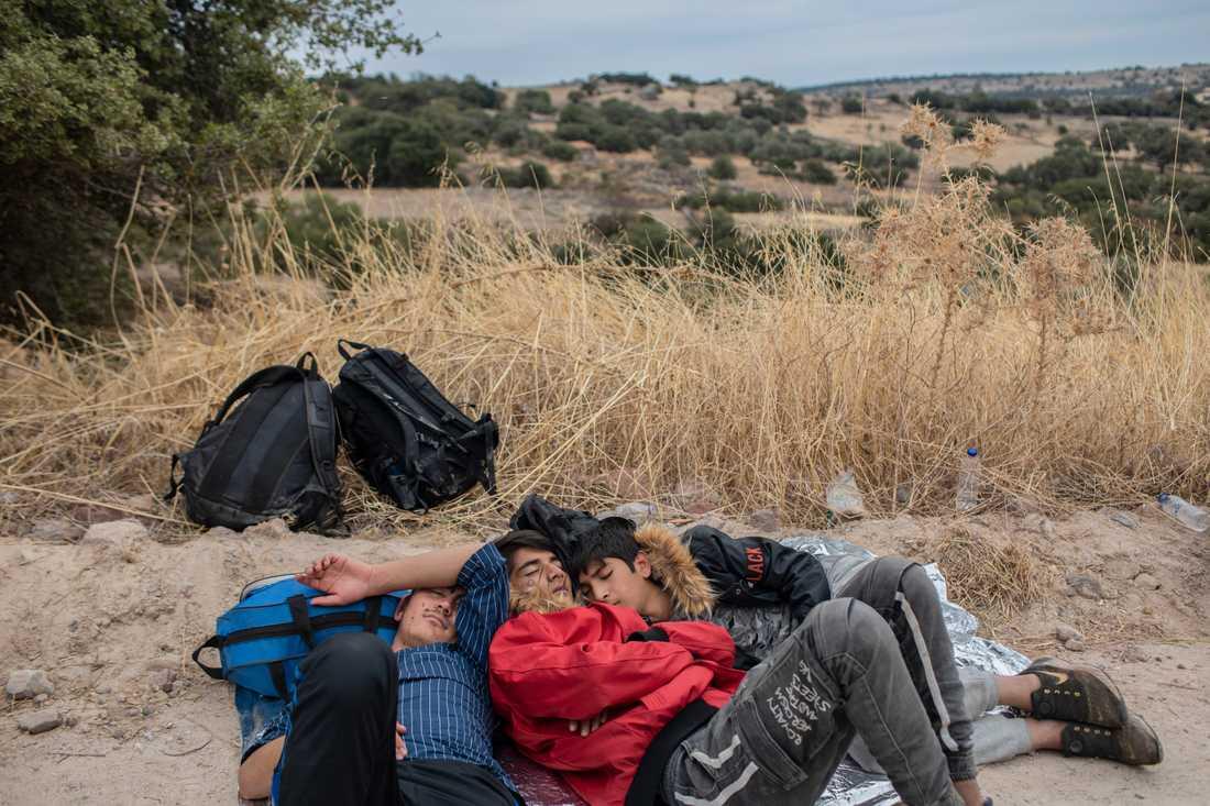 Utmattade flyktingar samlar krafterna efter färden i gummibåt från Turkiet till grekiska Lesbos. Arkivbild från oktober.