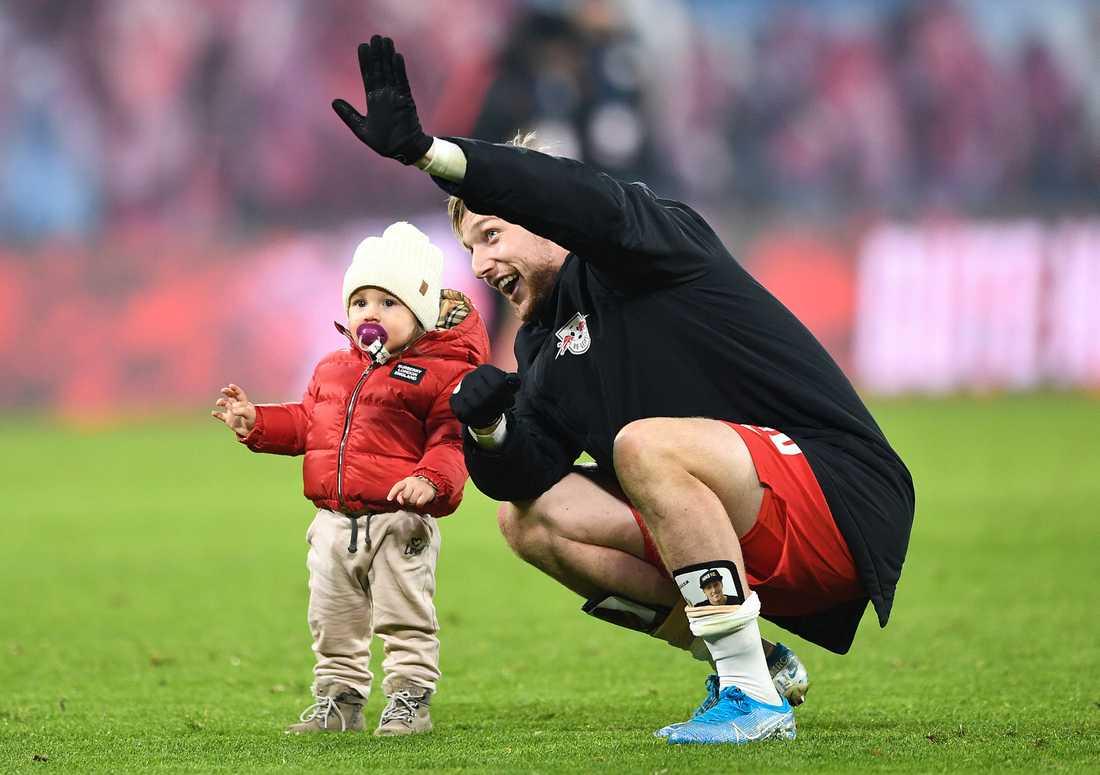 Efter matchen firade Emil Forsberg segern tillsammans med dottern Florence på innerplan.
