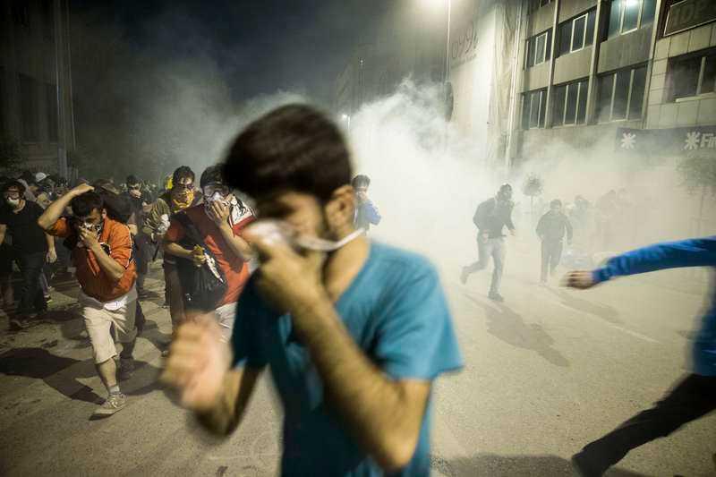5 JUNI, ISTANBUL I TURIKET Polisen slår till med tårgas och vattenkanoner mot demonstranter som protesterar mot bygget av en shoppinggalleria i Gezi Park i turkiska Istanbul. Protesterna sprider sig till flera städer i landet och övergår snabbt i ett missnöje mot premiärminister Tayyip Erdogans sätt att styra Turkiet.