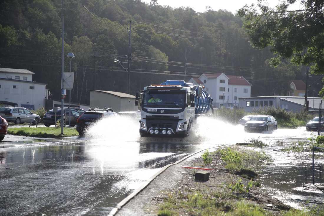 Bilarna får plöja genom vattenmassorna på Ekenleden i Kållered utanför Göteborg.