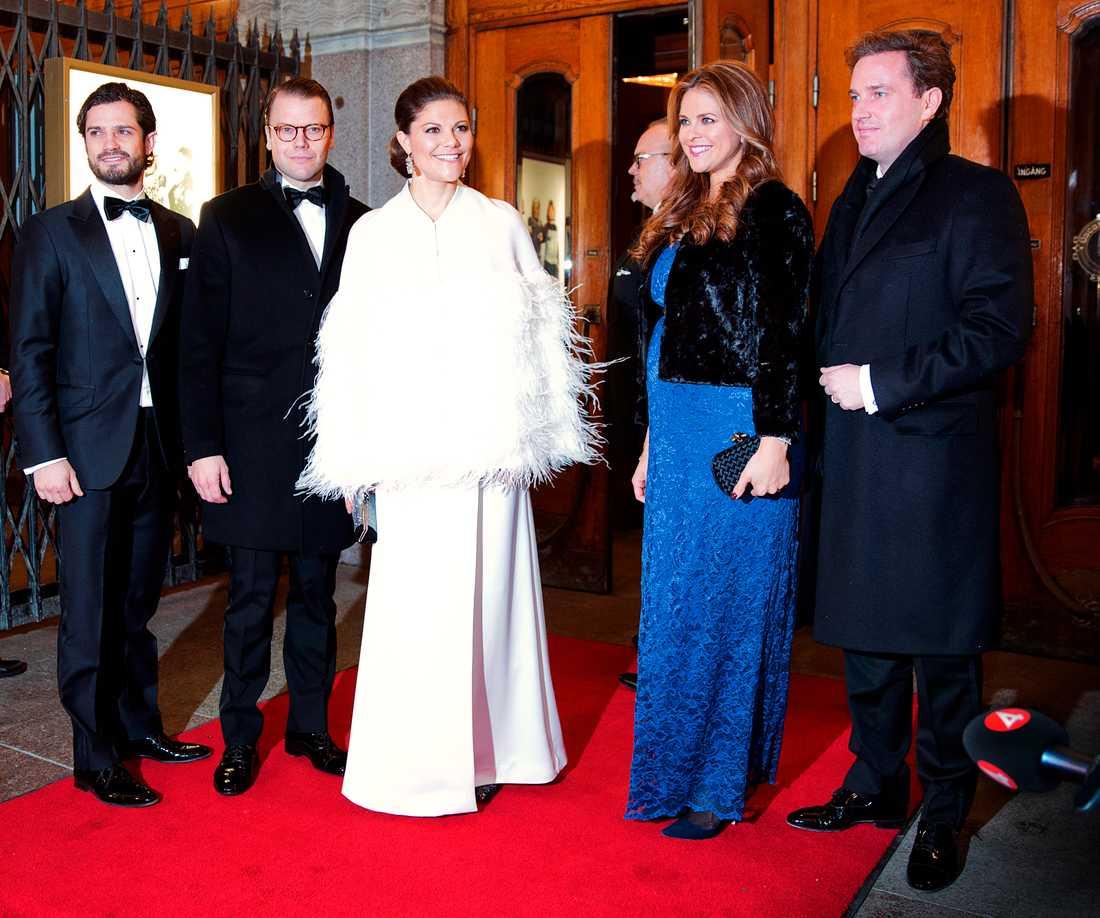 Silvia 70 år Madeleine bar en stretchig mörkblå spetsklänning.