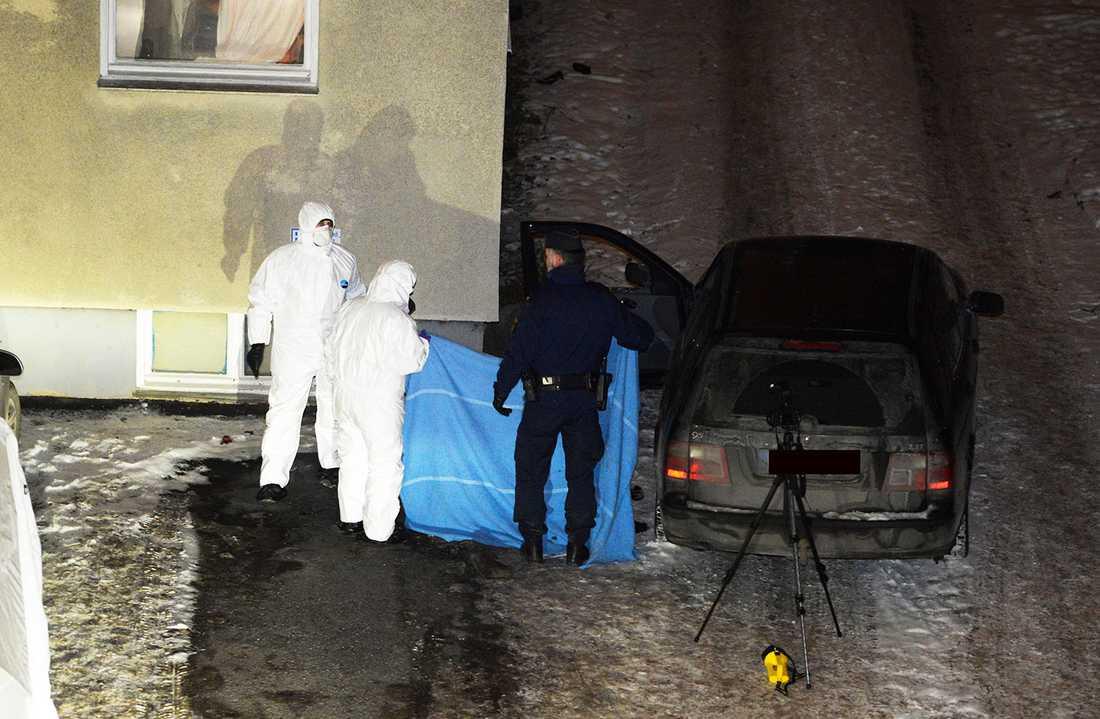 Polisens tekniker på platsen. Mille sköts till döds i bilen.