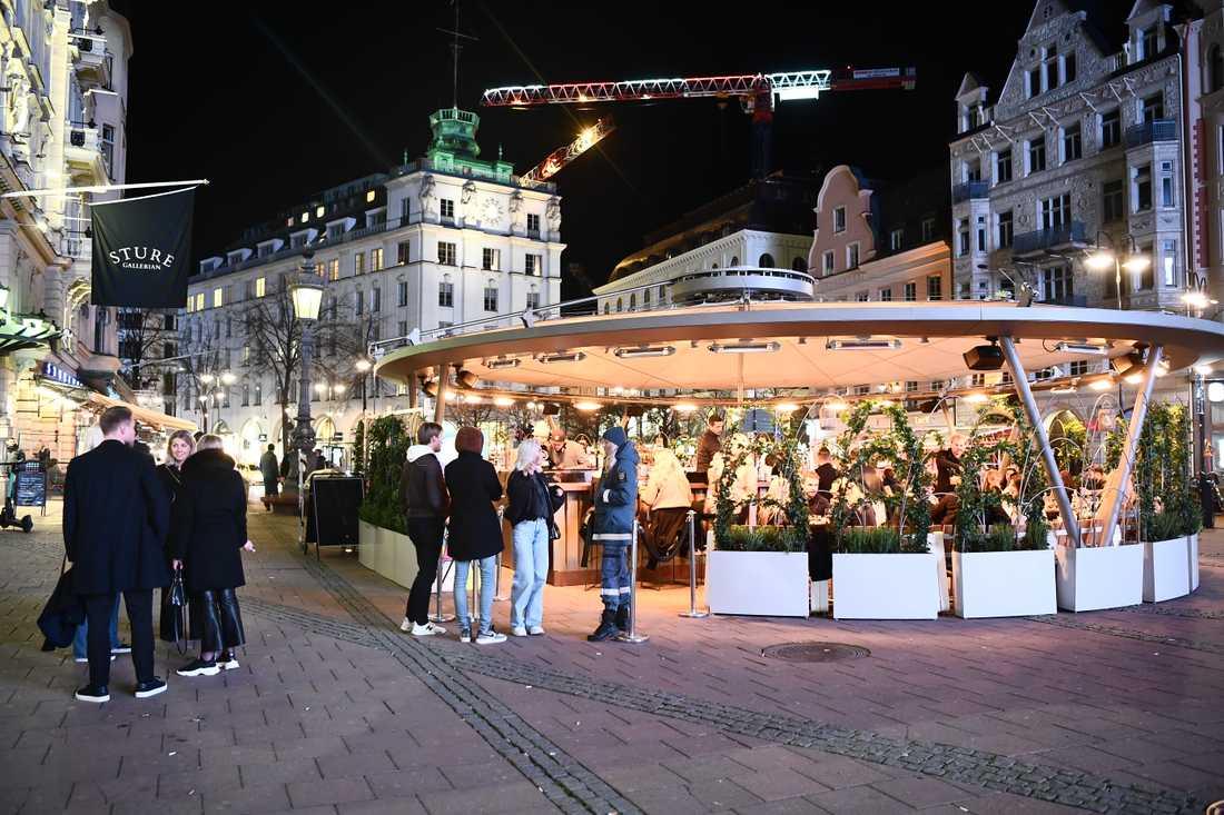 Vid Stureplan i Stockholm fortsätter nöjeslivet även under coronakrisen.