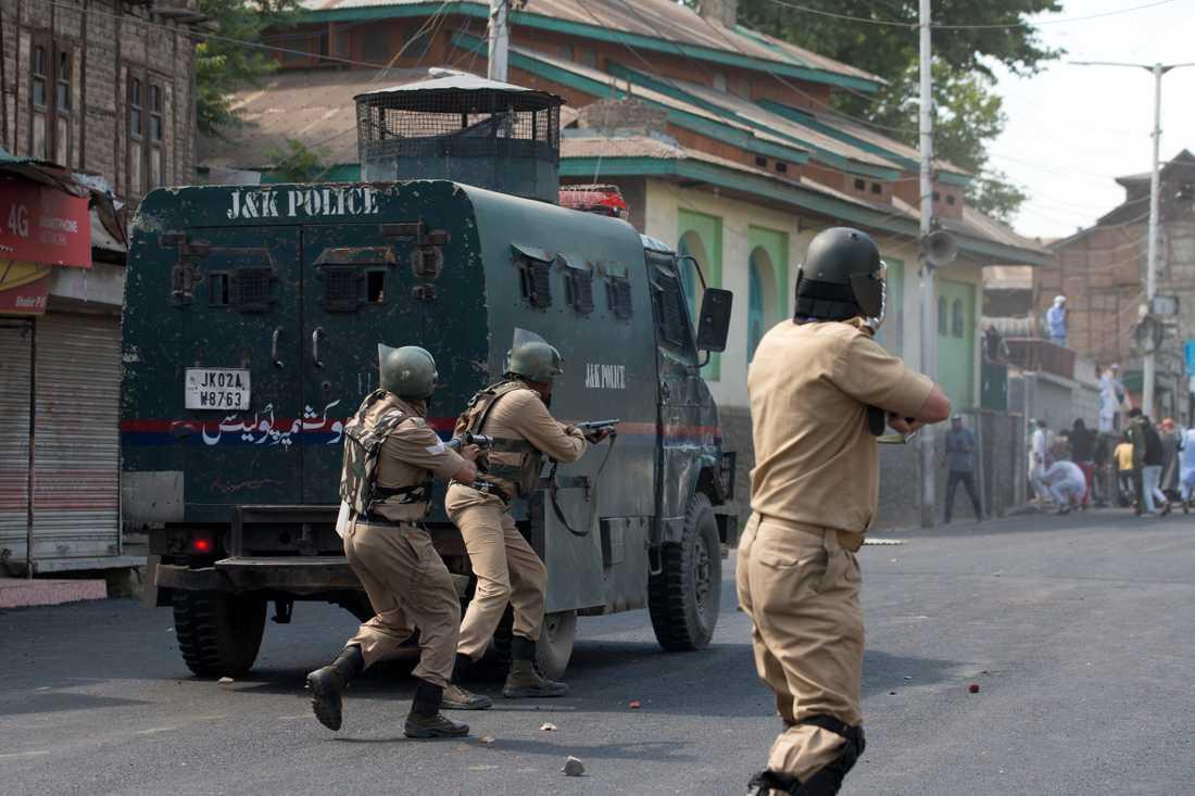 Indisk polis och paramilitär skjuter mot demonstranter i Srinagar i indiskhållna Kashmir, den 31 maj i år. Första halvan av 2019 dödades fler än 300 personer i Kashmir.
