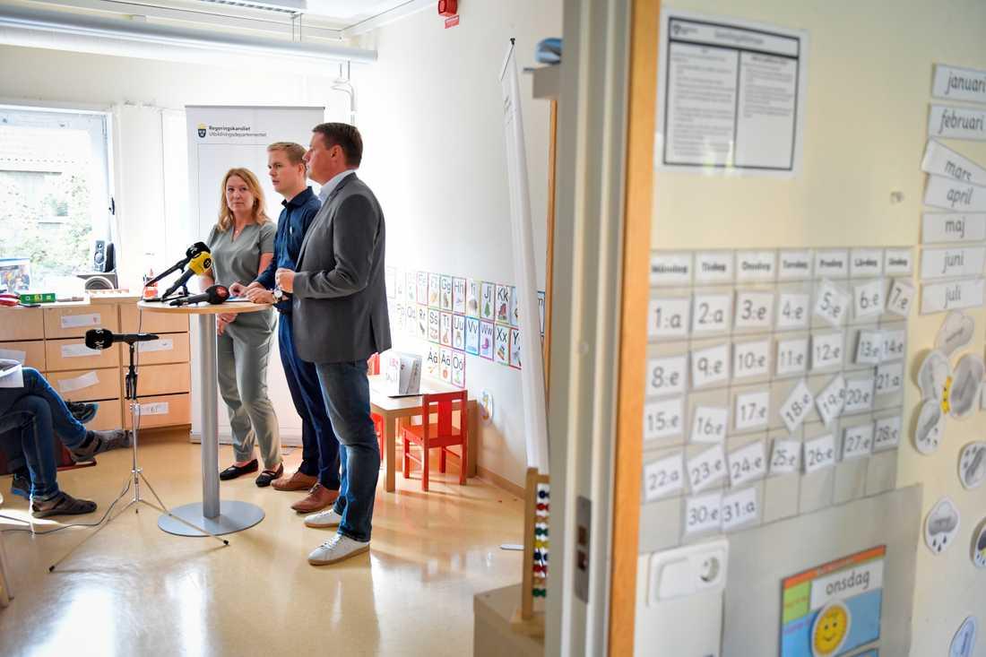 Lärarförbundets Johanna Jaara Åstrand, utbildningsminister Gustav Fridolin (MP) och Tobias Baudin, Kommunal, presenterade och kommenterade förskolans nya läroplan under en pressträff på Förskolan Äventyret i Stockholm.