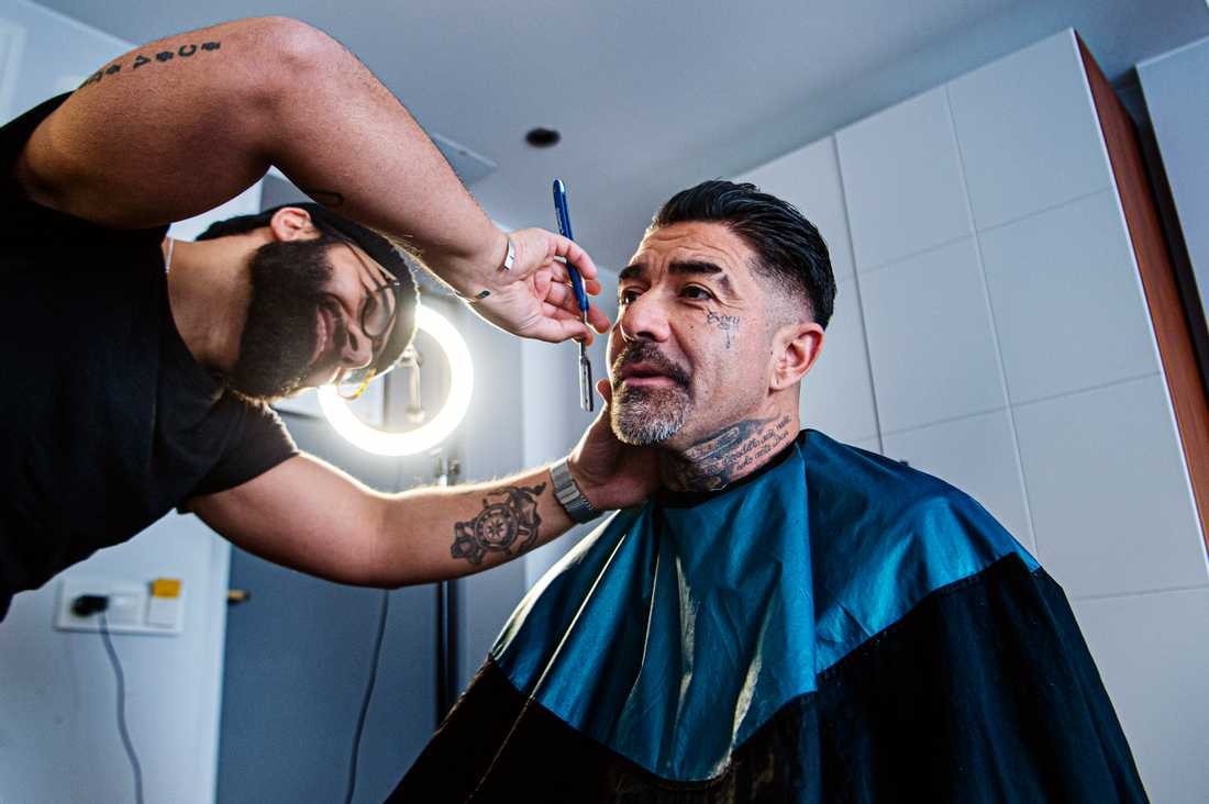 Leo Mendez får håret och skägget trimmat av vännen och barberaren Dana Bahdjat.
