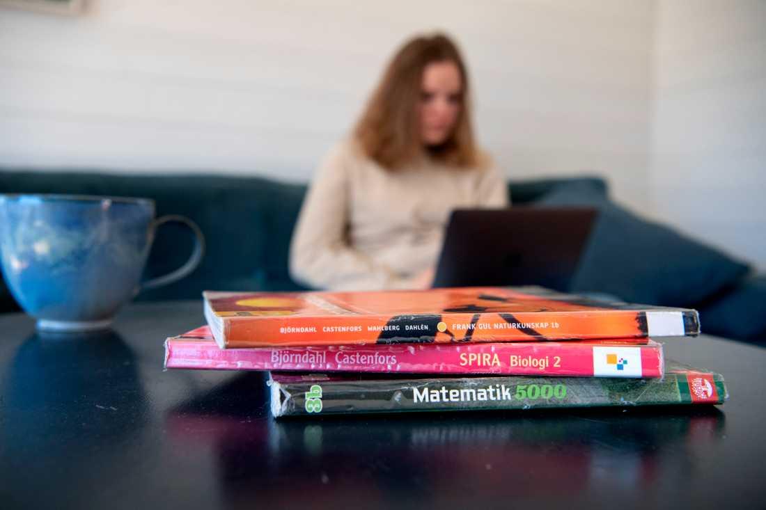 Gymnasieelever i Sverige studerar hemifrån sedan i mars. Arkivbild.