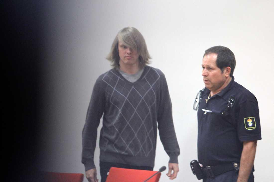 Mats Alm friförklaras för mordet på Linda Chen och kan lämna rättssalen.