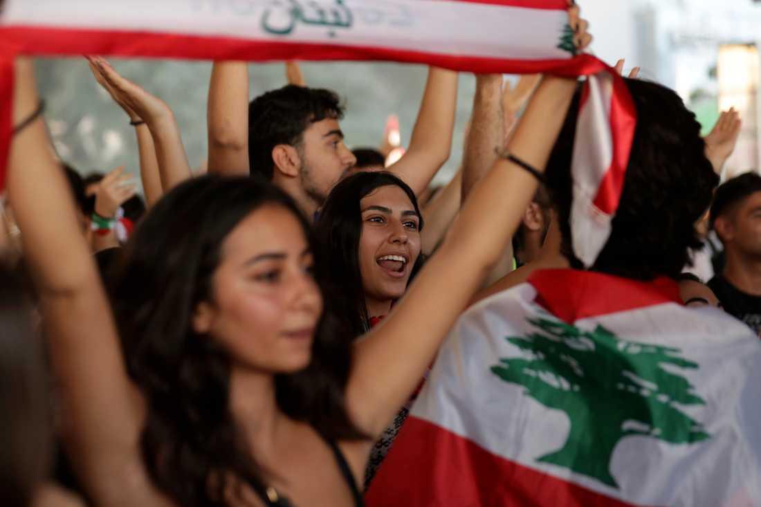 Den libanesiska flaggan har synts flitigt under protesterna – en symbol för nationell enighet.