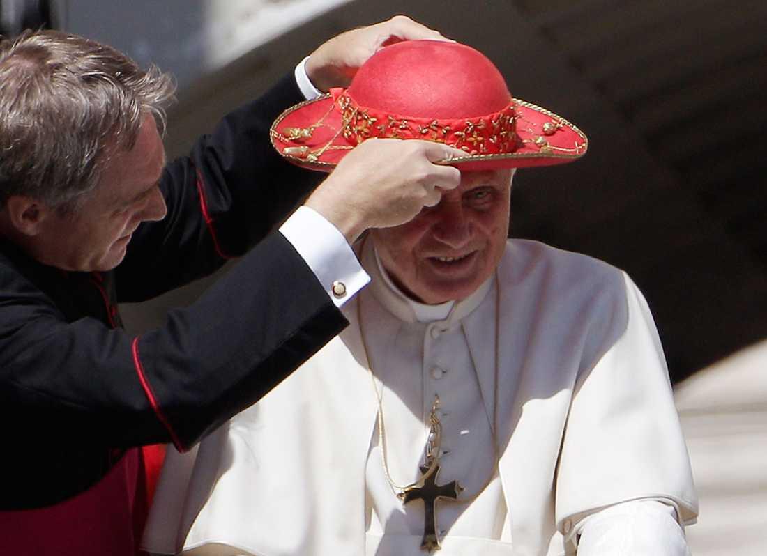 Hatten är konstfullt utsmyckad.