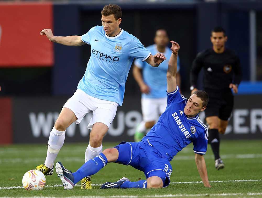 Andreas Christensen i kamp om bollen med Man City-stjärnan Edin Dzeko.