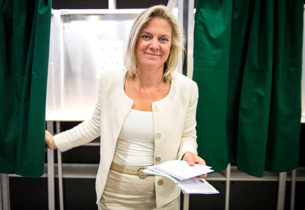 Magdalena Andersson (S) förtidsröstar på Stockholms stadsbibliotek.