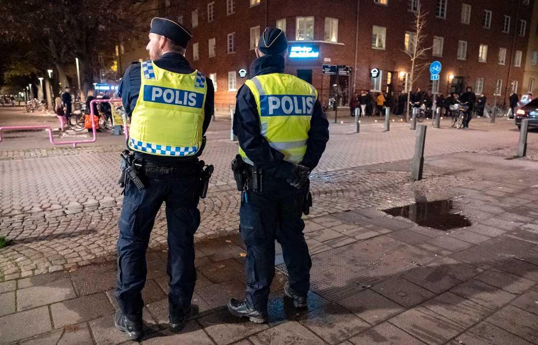 Polis på plats på mordplatsen på Ystadsgatan i Malmö på söndagskvällen, där en 15-åring sköts till döds. Arkivbild.