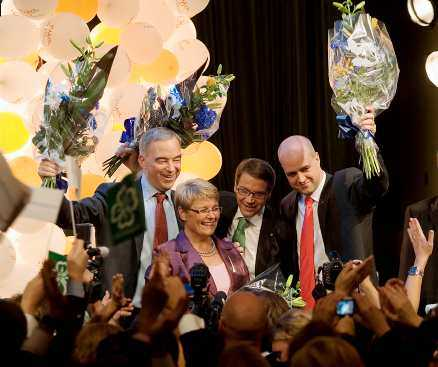 segerrus Alliansens partiledare tar emot de jublande partiarbetarnas hyllningar på Nalen. En ny politisk era har inletts – men utanför går livet vidare som vanligt.