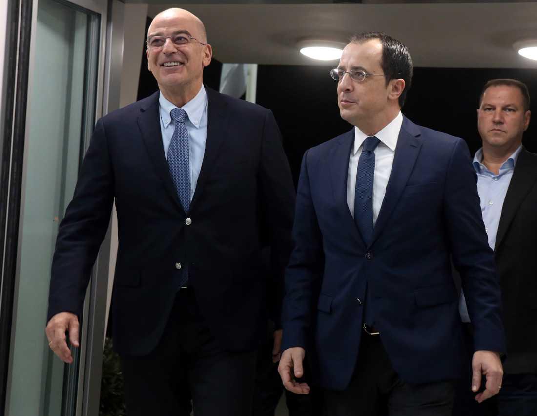 Greklands utrikesminister Nikos Dendias (till vänster) träffade sin cypriotiska motsvarighet Nikos Christodoulides i söndags. Dendias reste också till Libyen och Egypten.