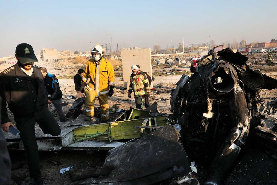 Räddningsmanskap arbetar bland vrakdelarna från det ukrainska flygplan som kraschade utanför Irans huvudstad Teheran.