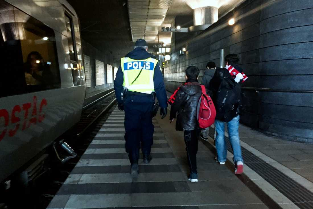 Bilder på ensamkommande flyktingbarn som anländer till Hyllie station i Malmö.