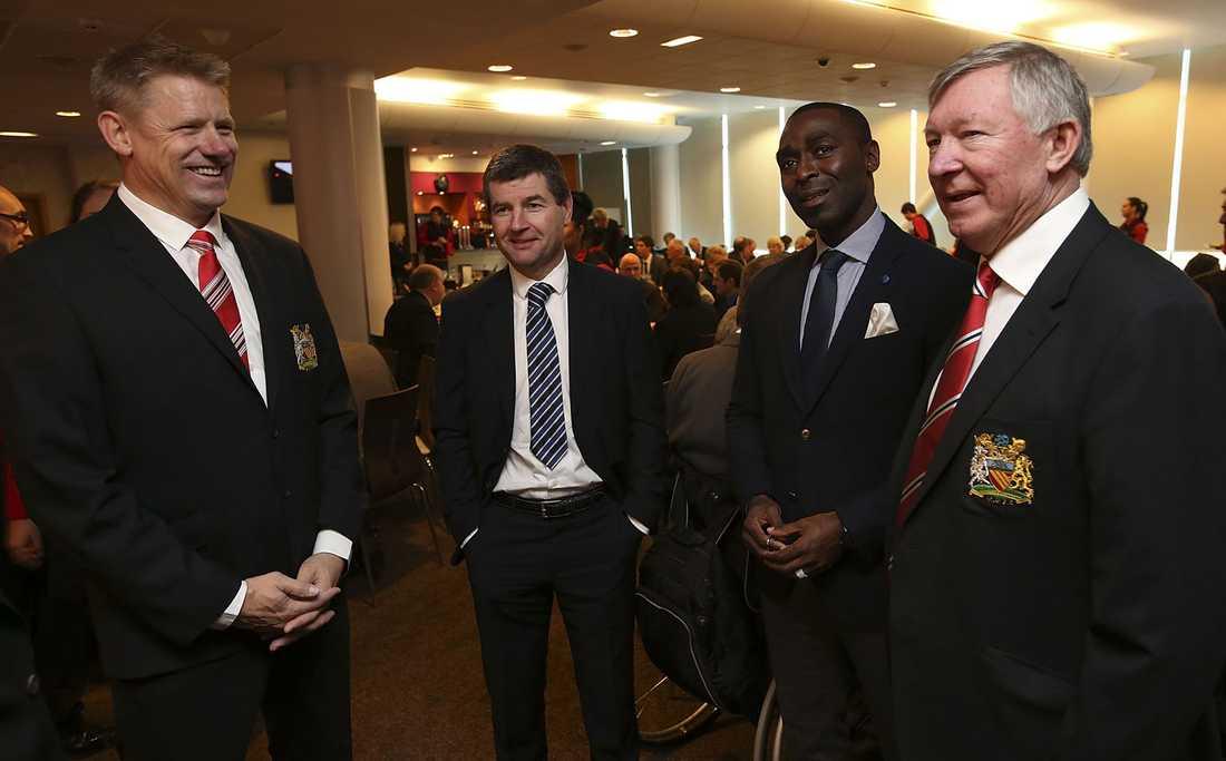 Peter Schmeichel, Denis Irwin och Andrew Cole i samtal med Sir Alex.