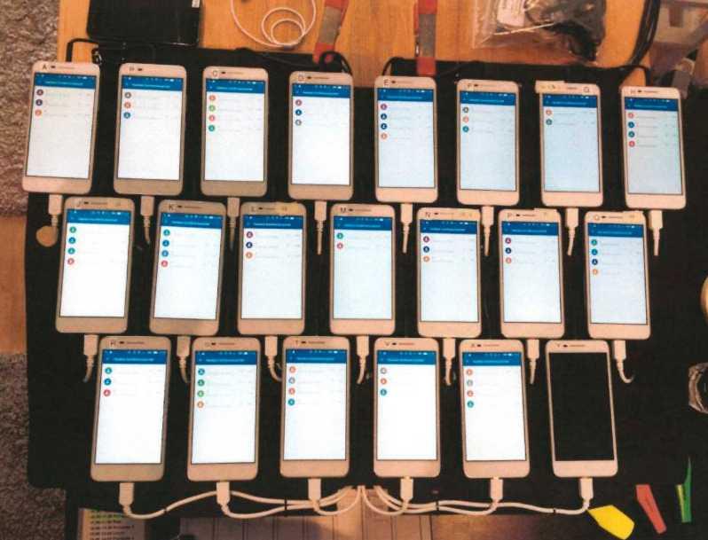 Telefoner som var uppkopplade i gruppsamtal under högskoleprovsfusket. Arkivbild.