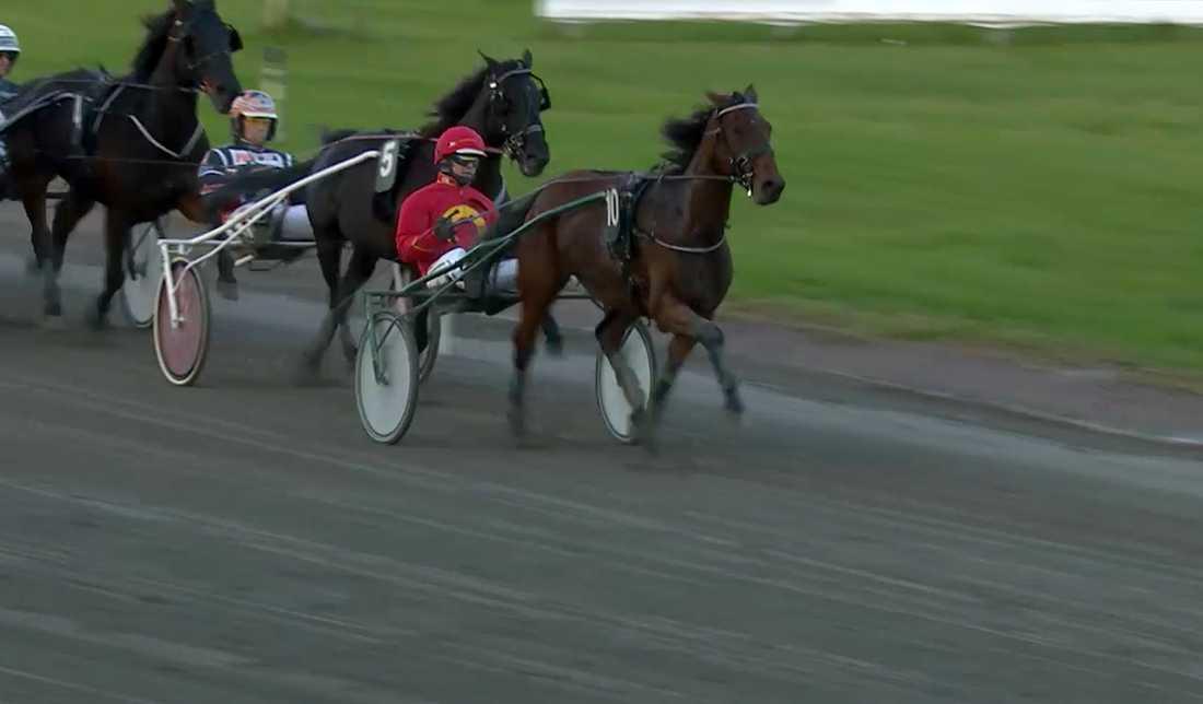 Här släpper Oskar Kylin-Blom över ledningen till Bula Bula Am och Oskar J Andersson.