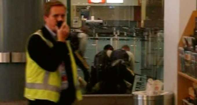 ÖVERMANNAD. Här slutar Robert Dzienkanskis liv. Klockan var ett på natten när poliserna till slut övermannade 40-åringen på flygplatsen i Vancouver. Mannen hade då varken ätit eller druckit på tio timmar. Han förstod inte engelska och ingen begrep att han bara letade efter sin mor. En medpassagerare filmade polisattacken med sin mobil.