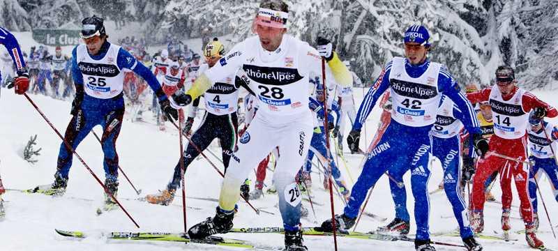 Anders Södergren öste på och utmanade toppen i snöfallet.