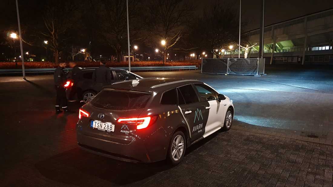Flera väktare skyddar Zlatan-statyn under natten