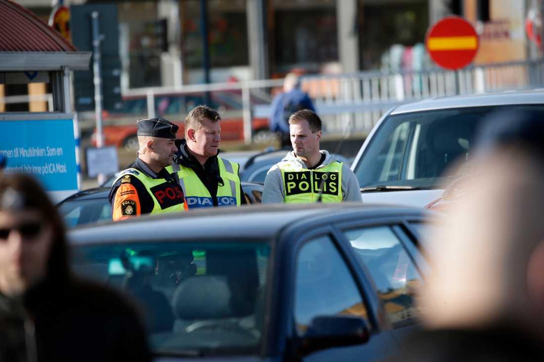 Polisen förbereder sig inför Nordiska motståndsrörelsen (NMR) demonstration i centrala Göteborg på lördagen.