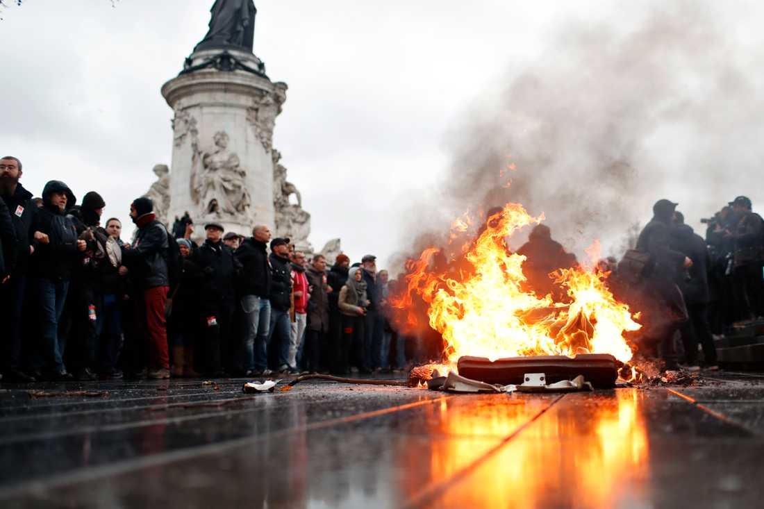 Ny missnöjesyttring i Paris under fredagen.