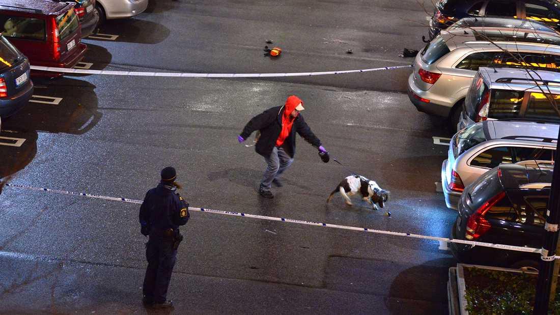 Polisens tekniker letar bevis.