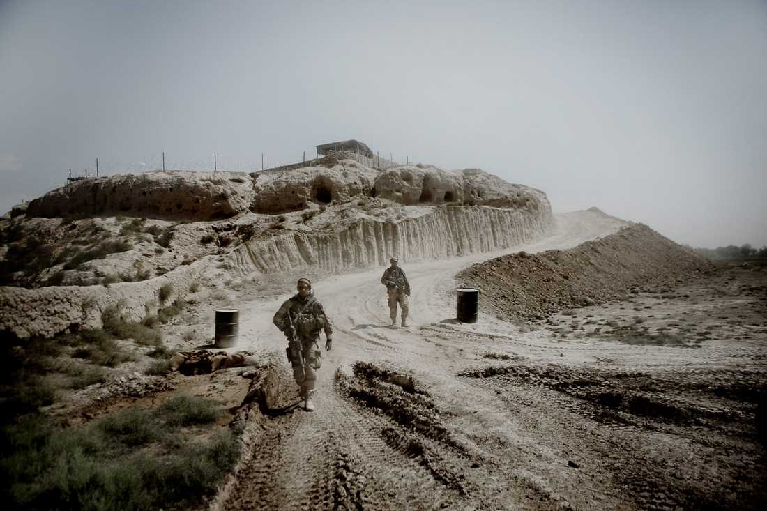 Soldaterna ger sig ut på fotpatrull i byn Alizayi.