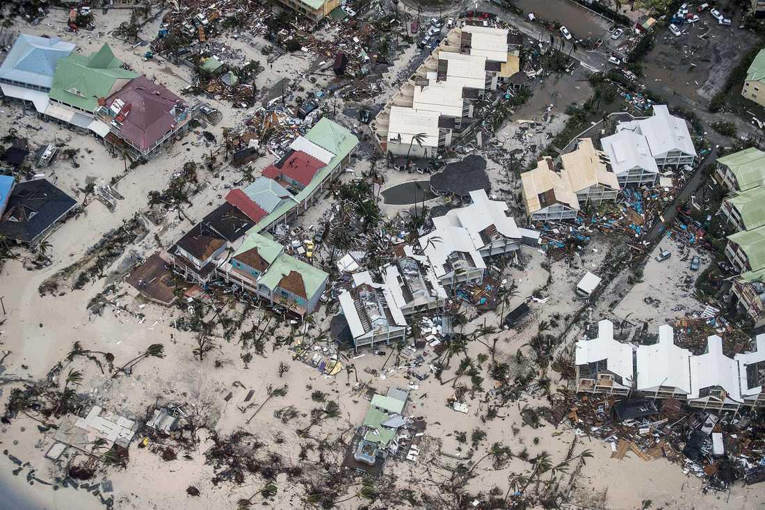 Flygbild över Philipsburg på Sankt Martin efter stormen Irmas framfart.