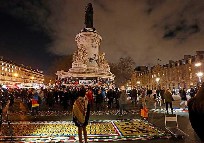 Minnesceremoni på Place de la Republique i Paris ett år efter terrorattacken mot satirtidskriften Charlie Hebdo.