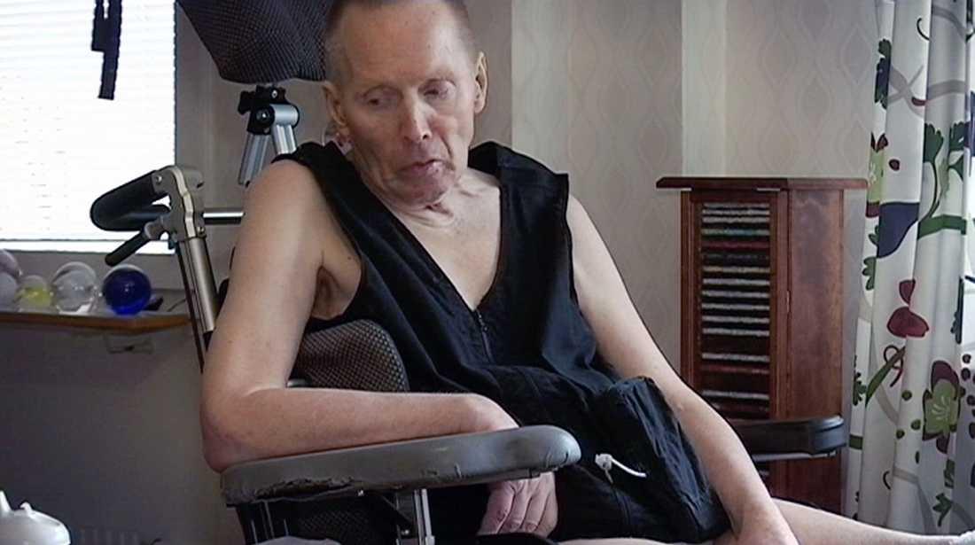 Arne Ivarsson är svårt sjuk i Parkinson och kan varken äta eller klä på sig själv.